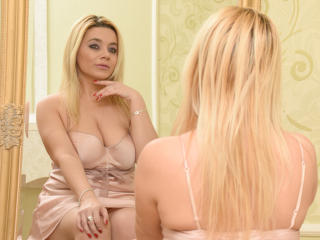 Picture of the sexy profile of AdelinaWhite, for a very hot webcam live show !
