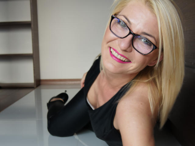 Photo de profil sexy du modèle HotLORI, pour un live show webcam très hot !