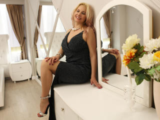 StunningLadyx - Chat live nude with this MILF with standard titties