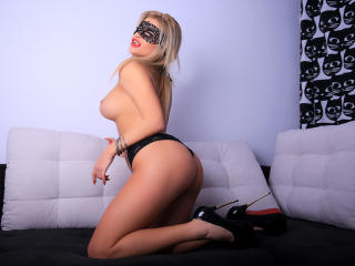 LoreHottie - Chat live xXx with this shaved pussy Girl