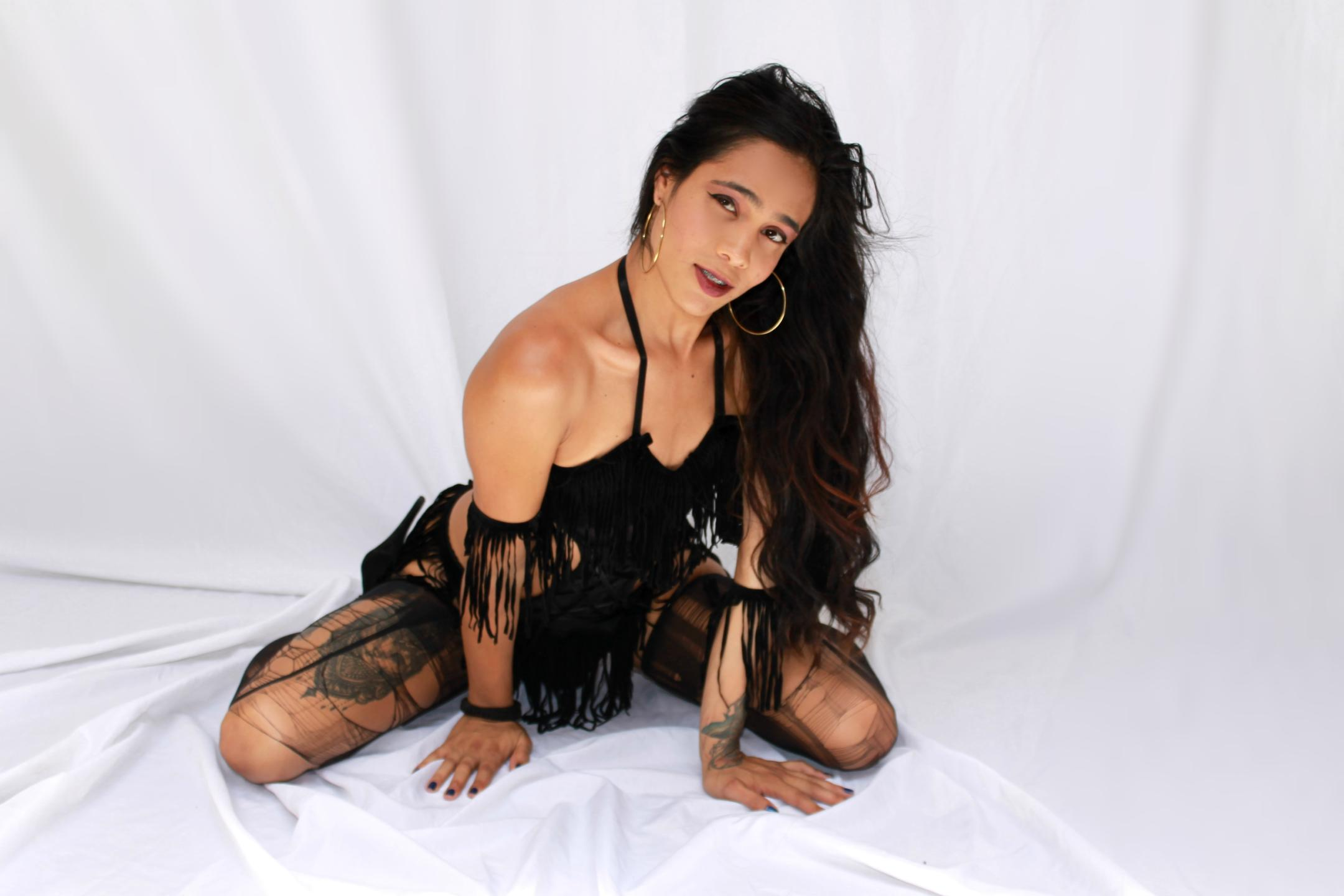 Shaved Ladyboys - Cam private of LalaLinda, this charcoal hair shaved pussy ...